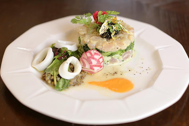 熊野ナマズのタルタル(生切り身)レンズ豆と野菜添え パプリカソース